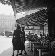 Discussion à l'ombre d'une brasserie parisienne